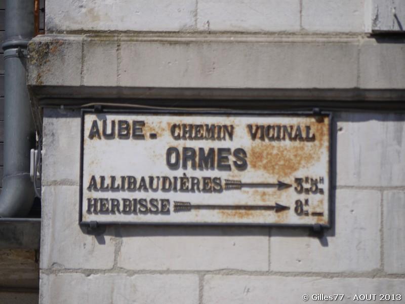10 ORMES sur la facade de la Mairie
